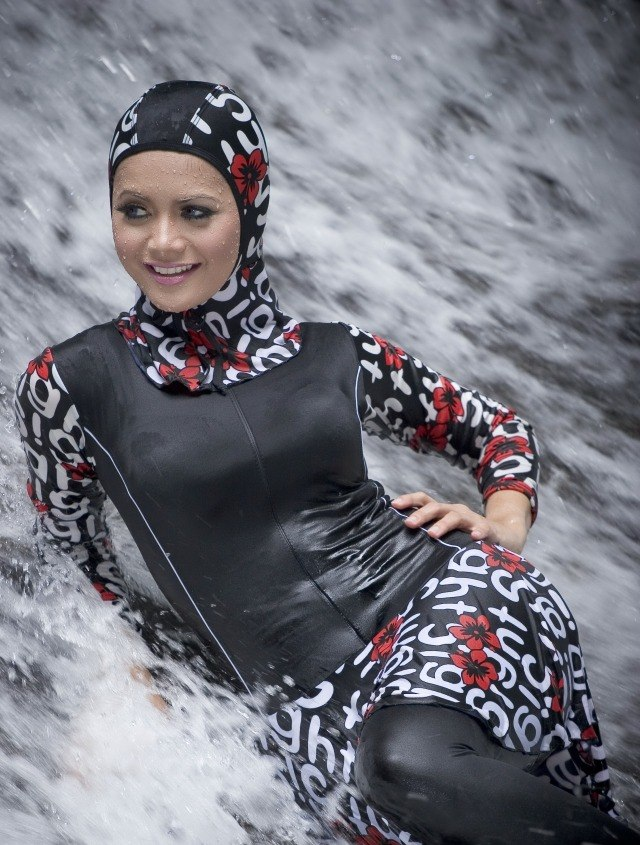 Девушка в мусульманском купальном костюме