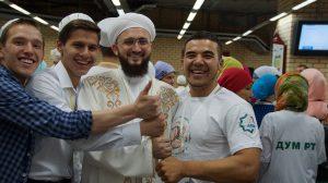 Муфтий Камиль Самигуллин с волонтерами на республиканском ифтаре