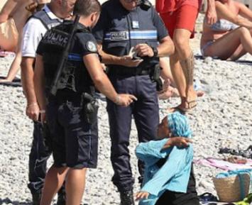 Стражи порядка силой оголили мусульманок (ФОТО)