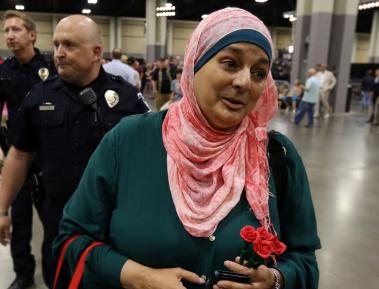 Скандал: Трамп второй раз публично изгнал мусульманку в хиджабе