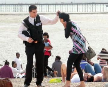 Полицейский прилюдно срывает хиджаб с мусульманки – реакция прохожих (ВИДЕО)
