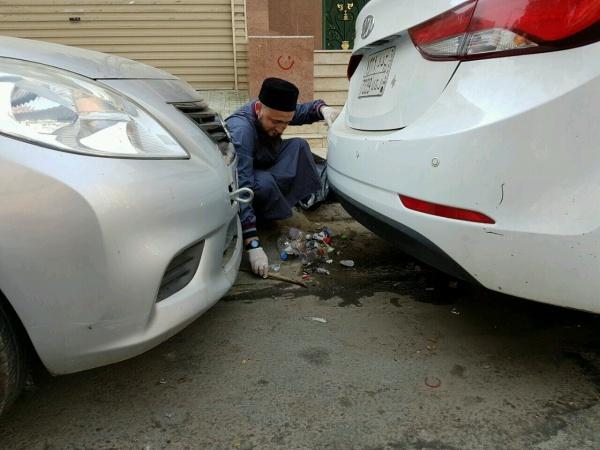 Муфтий Татарстана во время уборки мусора на улице Мекки