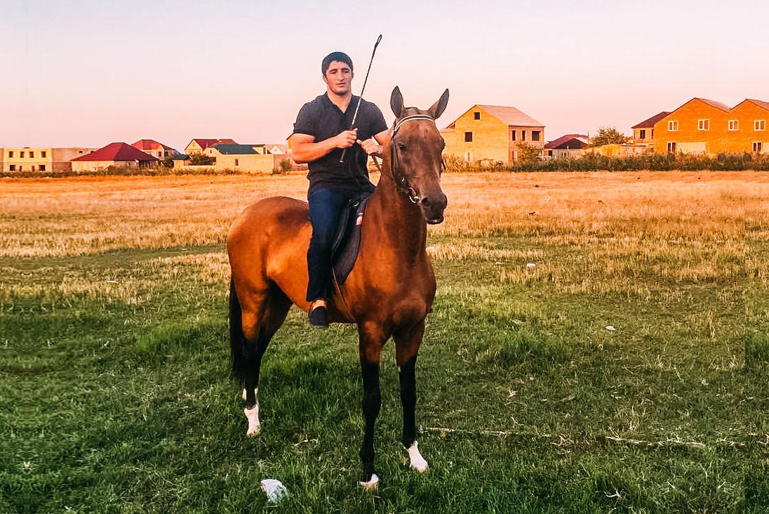 Абдулрашид Садулаев на подаренном коне (Фото: Лайф)