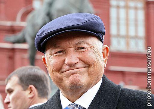 Лужков в своей знаменитой кепке. Фото: Коммерсант
