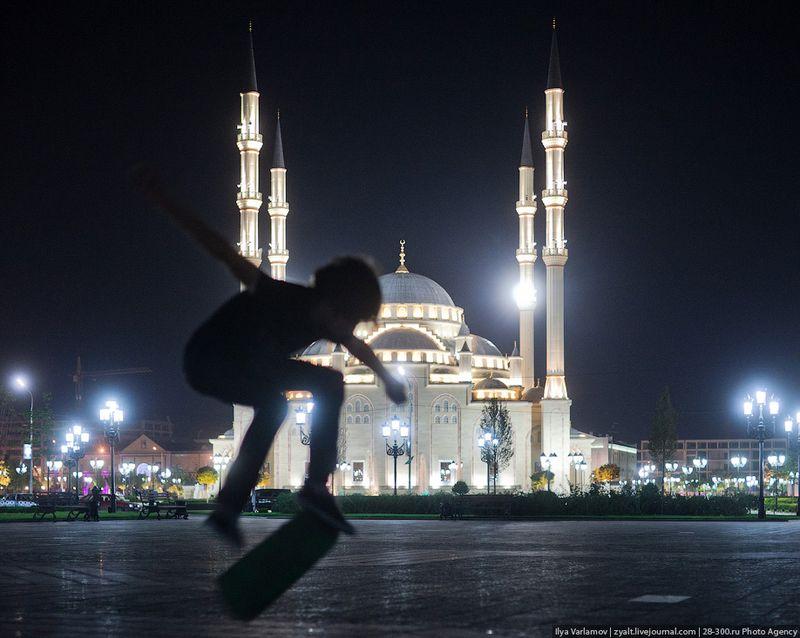 Мальчик катается на скейте возле мечети «Сердце Чечни»