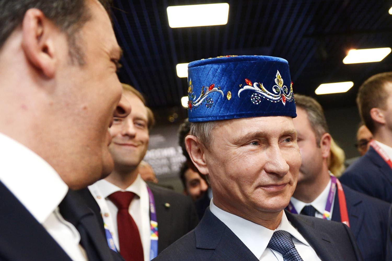 Президент Владимир Путин в татарском национальном головном уборе на выставке в Италии