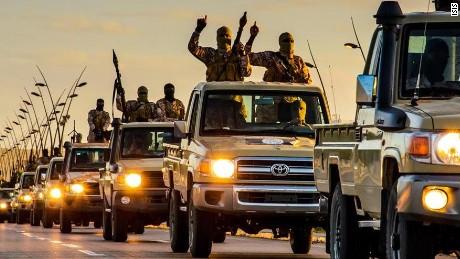 Боевики ИГИЛ на джипах «Тайота»