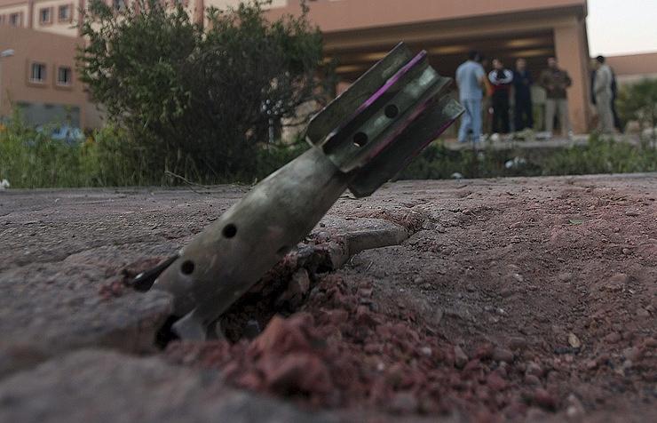 Минометный снаряд на территории посольства РФ в Дамаске. Фото: ТАСС