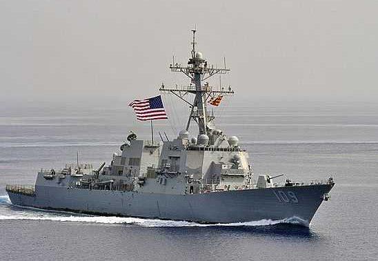 Эсминец ВМС США попал под ракетный обстрел близ Йемена