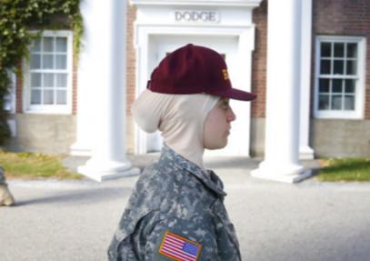 Как встретили девушку в хиджабе в военной казарме