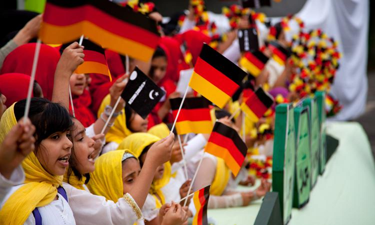 Девочки-мусульманки с флагами ФРГ