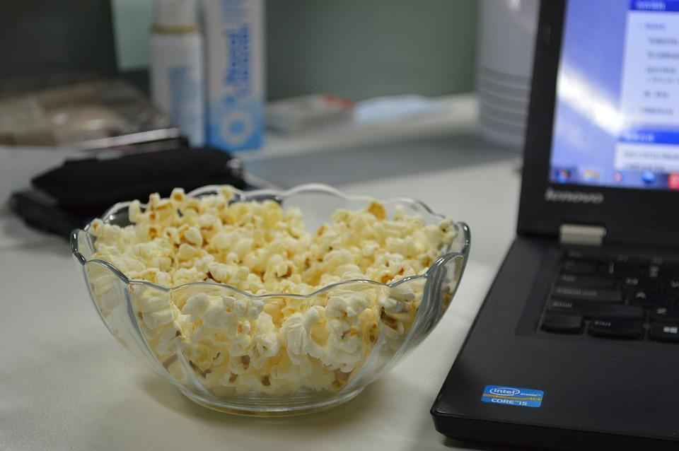 Полная релаксация во время просмотра фильма в онлайн-кинотеатре