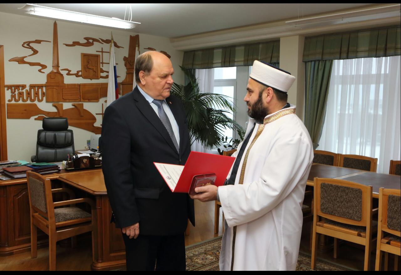 Муфтий награждает управляющего делами администрации Томской области