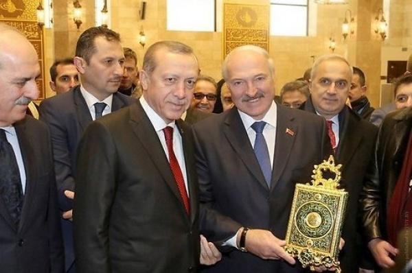 Александр Лукашенко с Кораном в руках