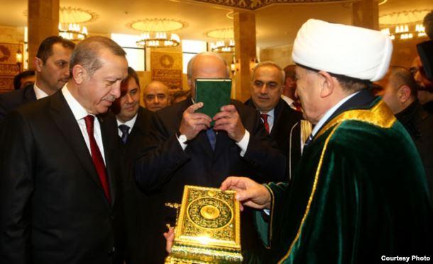 Лукашенко поведал, почему поцеловал Коран наоткрытии мечети