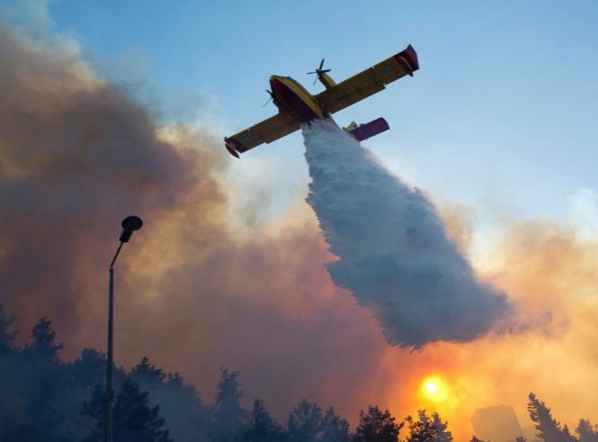 Самолет-пожаротушитель