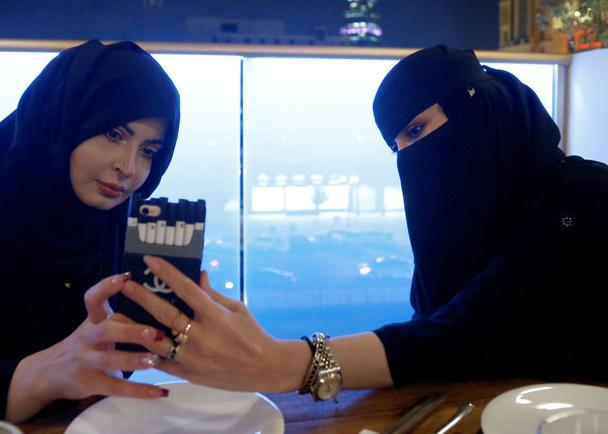 Жительницы Эр-Рияда в кафе