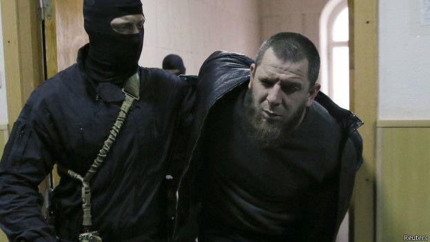 Тамерлана Эскерханова ведут после задержания в Басманный суд