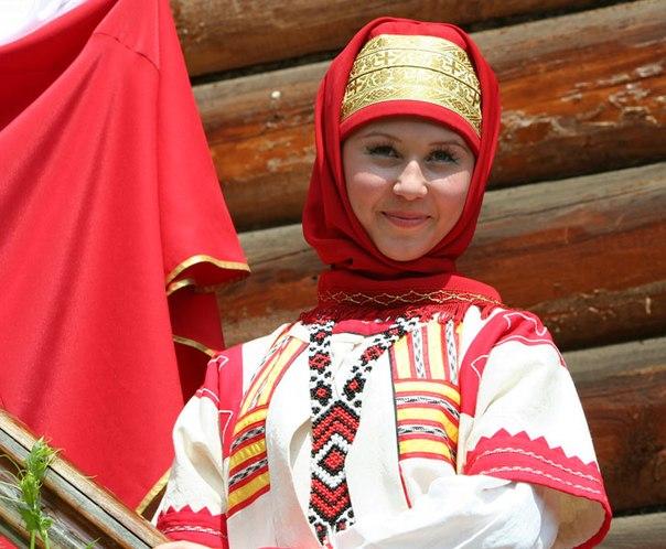 Девушка в славянской одежде
