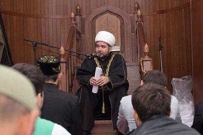 Казанский имам, осудивший стриптиз на фоне мечети, готовится покинуть Россию