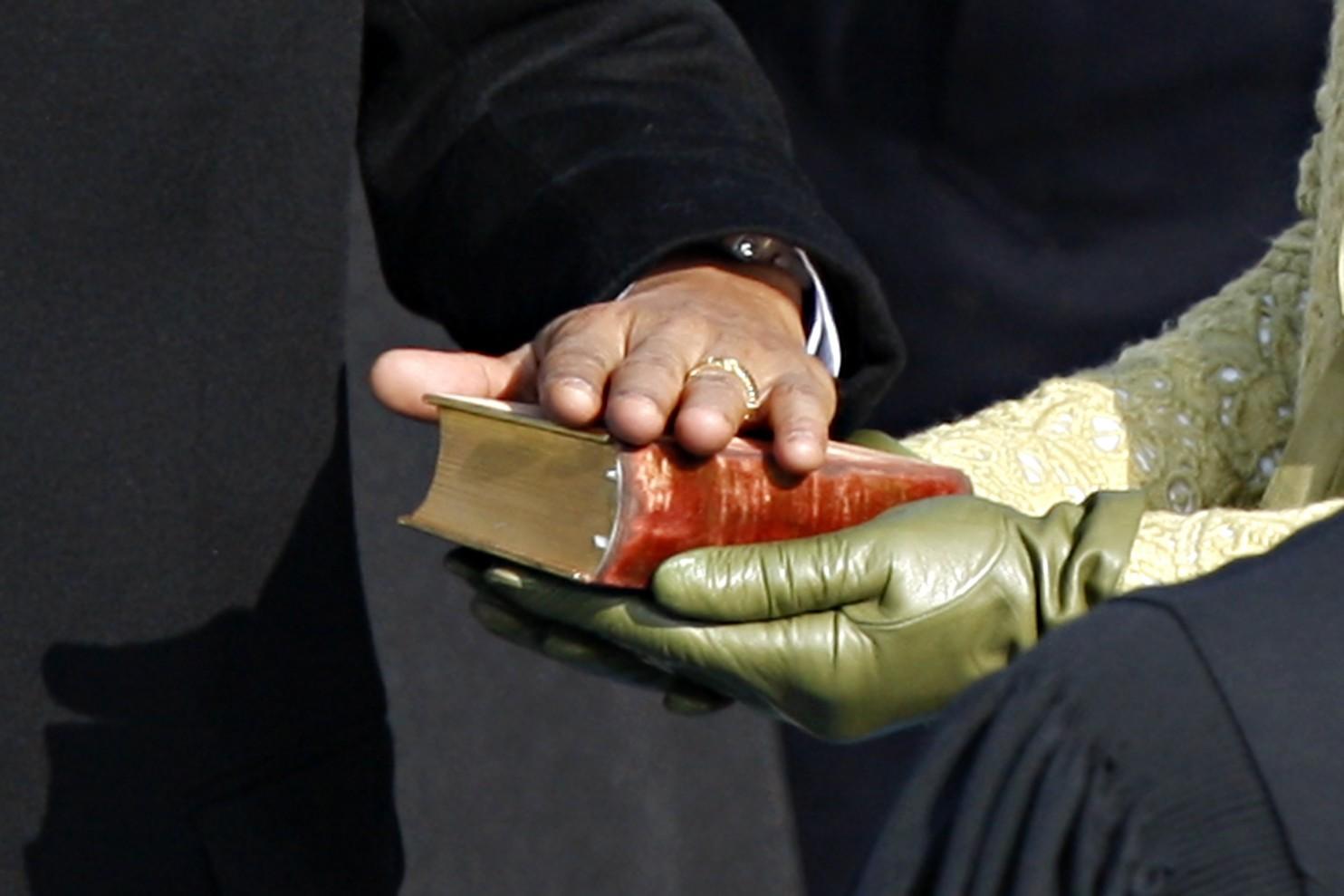 Президенты многих стран традиционно присягают на священных книгах