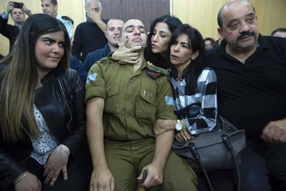 Элор Азария со своими родственниками в суде