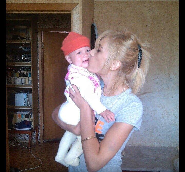 Девочка со своей мамой, которой предстоит доказать факт родства, чтобы вернуть дочь