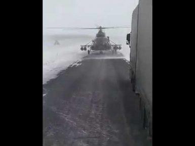 Казахские летчики совешили посадку на шоссе, чтобы уточнить дорогу у водителей (ВИДЕО 18+)