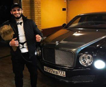 Кар для Абукара. Чемпион М-1 Яндиев получил в дар невероятно дорогой автомобиль