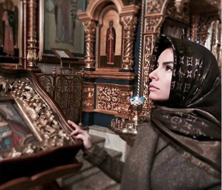 Юлия Волкова в церкви