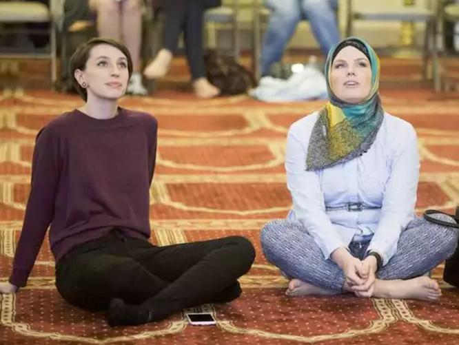 Мечеть заполнилась сотнями иноверцев (ФОТО)
