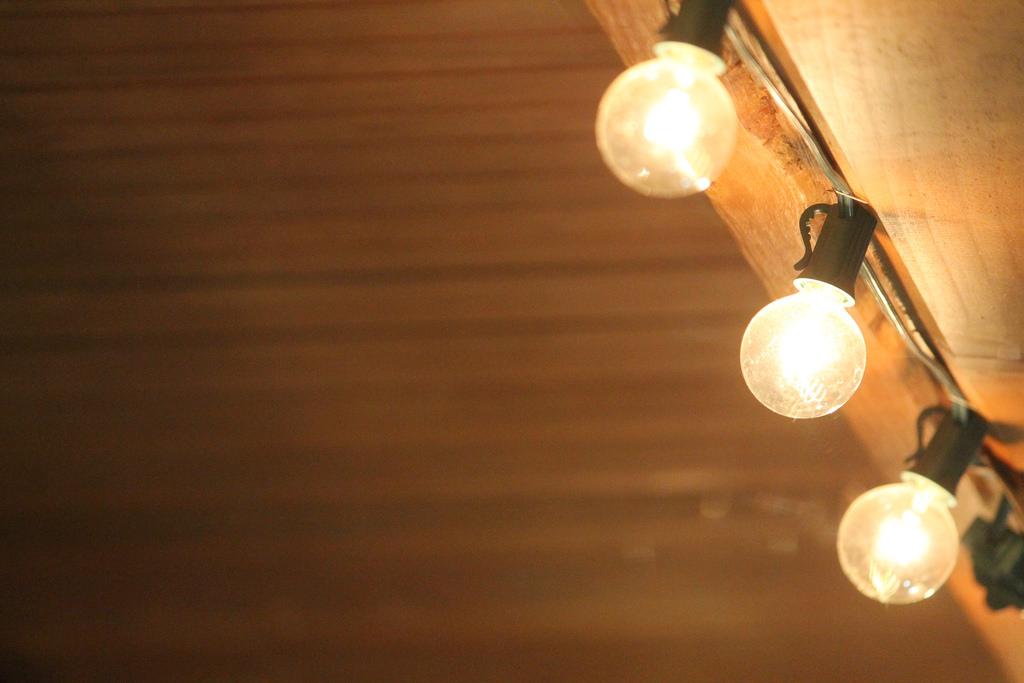 Электромонтаж и прокладка проводки в деревянных домах