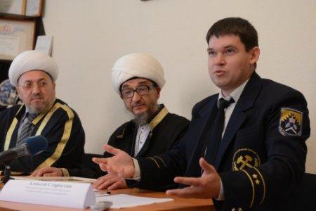 В центре: муфтий Свердловской области Николай (Абдуль Куддус) Ашарин - один из ниаболее активных региональных мусульманских лидеров
