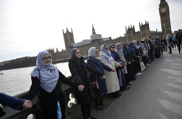 Женщины в хиджабах провели необычную акцию в центре Лондона