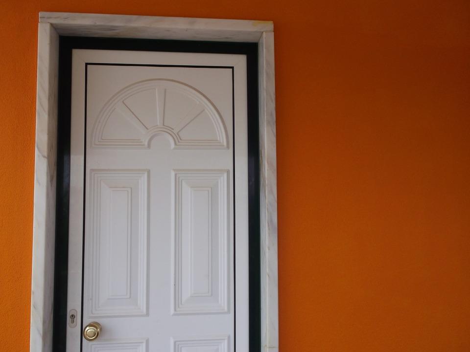 Основные плюсы установки белых входных дверей