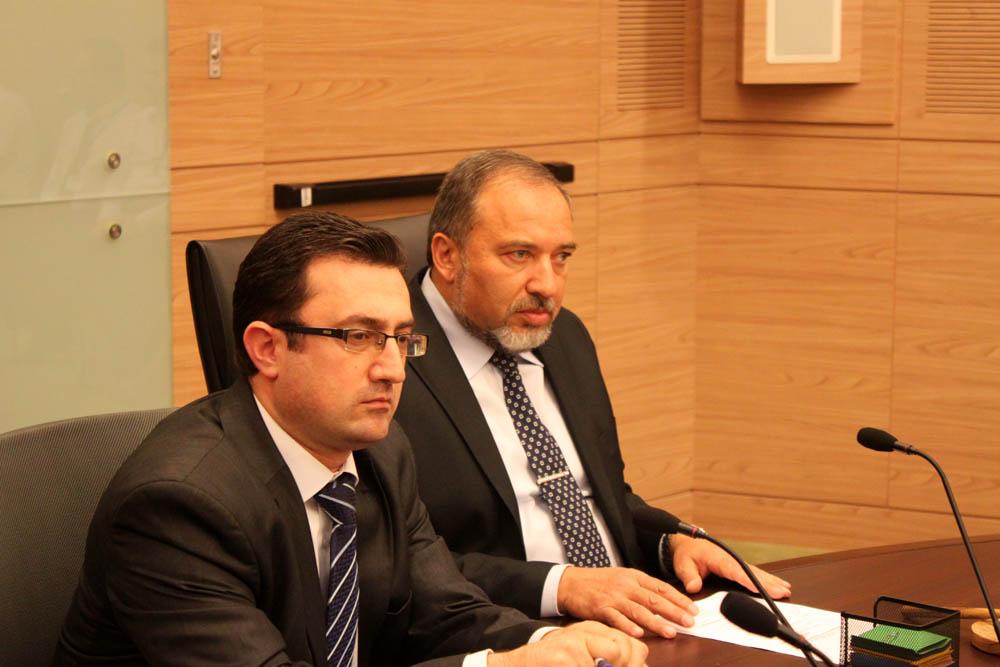 Слева направо: Роберт Илатов и его шеф Авигдор Либарман