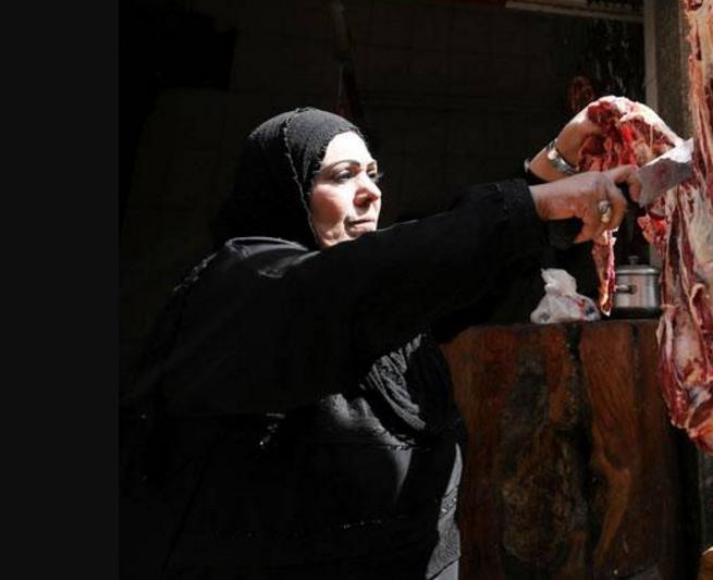 Мусульманка в хиджабе освоила кровопролитную профессию