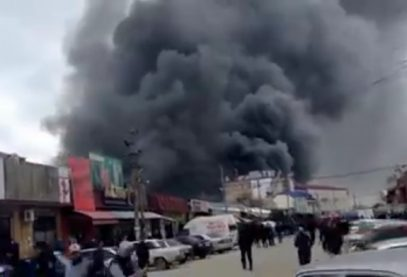 Опубликованы кадры пожара на крупнейшем рынке Махачкалы (ВИДЕО)