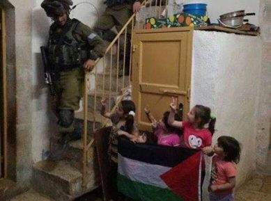 Палестинские дети поразили соцсети смелостью во время рейда израильских военных