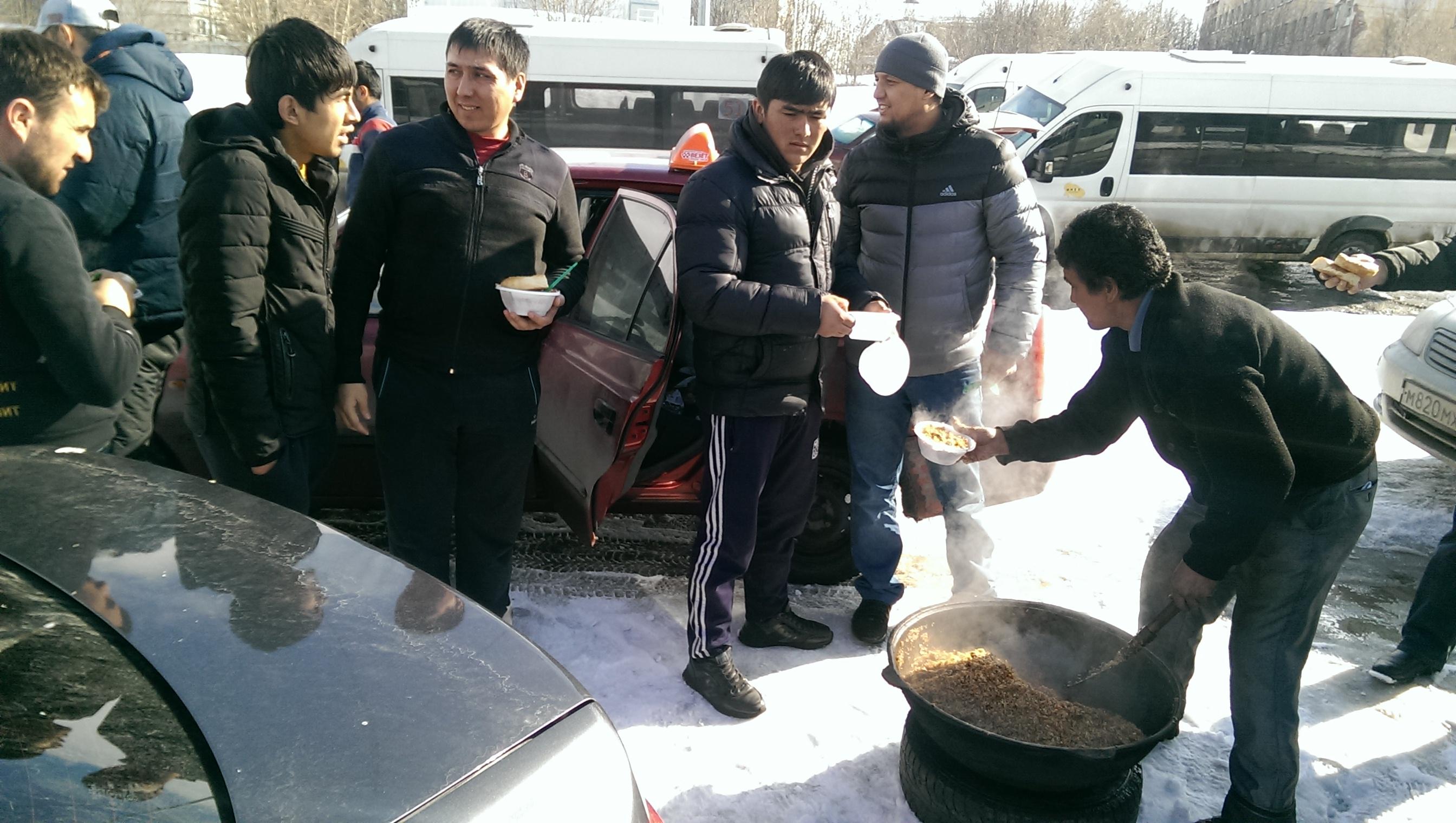 Мусульмане Мурманска накормили водителей-хамов пловом