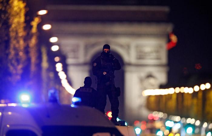 Установлена личность подозреваемого внападении наполицейских встолице франции