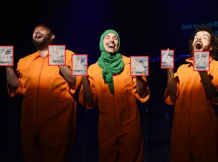 Оскорбляющее ислам и христианство шоу подняло бурю в Европе