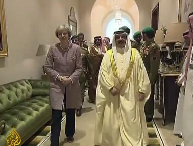 Тереза Мэй «приоделась» ради визита в Саудовскую Аравию (ВИДЕО)