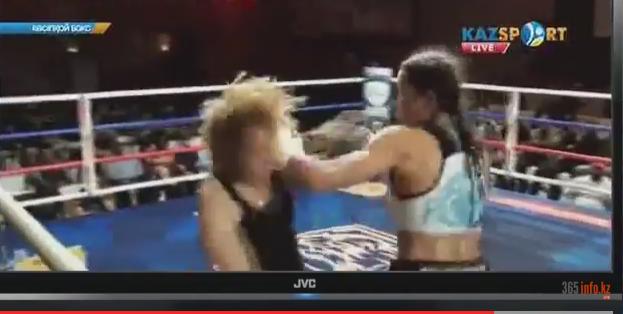 На фото: фрагмент видеозаписи поединка женщин