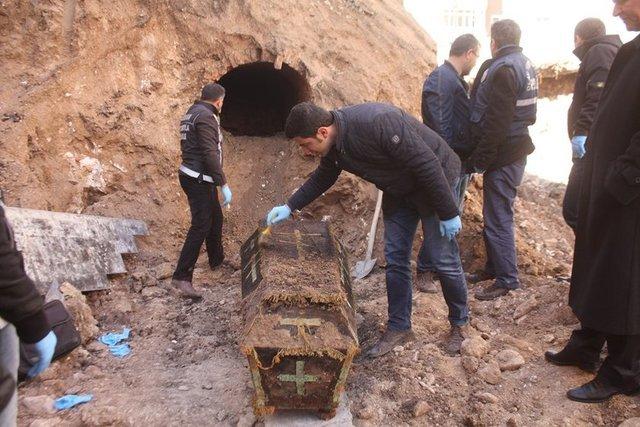 На фото: гроб с останками российского офицера, обнаруженный в Ардагане