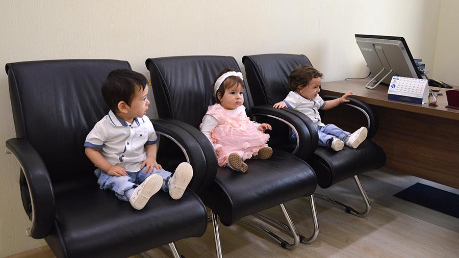 На фото с сайта посольства Таджикистана в России: Сироты, возвращенные на историческую родину.