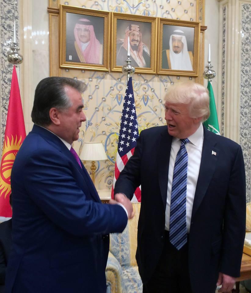 Рахмон пожимает руку Трампу