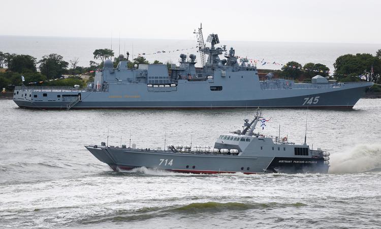 Корабль «Адмирал Григорович» (на втором плане) в Балтийске