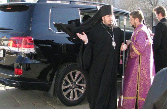 В Российской Федерации епископ пригрозил СМИ уголовным делом застатью оего машине