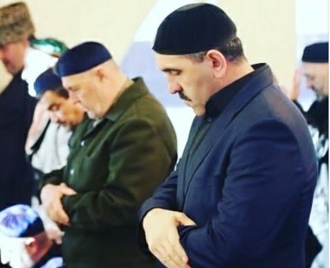 Юнус-Бек Евкуров на намазе